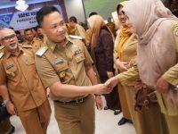 Bupati Bantaeng, Ilham Azikin saat berjabat tangan dengan sejumlah SKPD Bantaeng di Balai Kartini, Selasa, 14 Januari 2020.