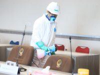Penyemprotan disinfektan di gedung DPRD Provinsi Sulsel. (Hms/Publikasi Online)