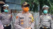 Kapolres Bantaeng, AKBP Wawan Sumantri saat melakukan pembagian sembako ke warga prasejahtera di Bantaeng.
