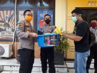 Kapolres Bantaeng, AKBP Wawan Sumantri membagikan paket Ramadhan ke personilnya.