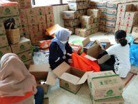 TP PKK Sulsel kembali menyiapkan paket sembako di sekretariat PKK Sulsek jalan Masjid Raya Nomor 70A, Kota Makassar pada Minggu, 12 April 2020.