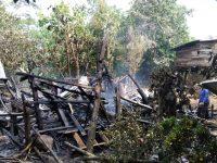 Puing-puing bangunan rumah panggung sehabis terbakar.