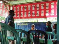 Saat Bur dan rekannya bertemu dengan orang yang melakukan tindakan intimidasi di salah satu warung es buah di Bulukumba, Sulawesi Selatan. [pribadi]