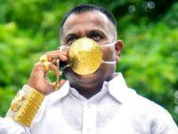 Shankar Kurade, pengusaha di India memamerkan masker berlapis emas miliknya.